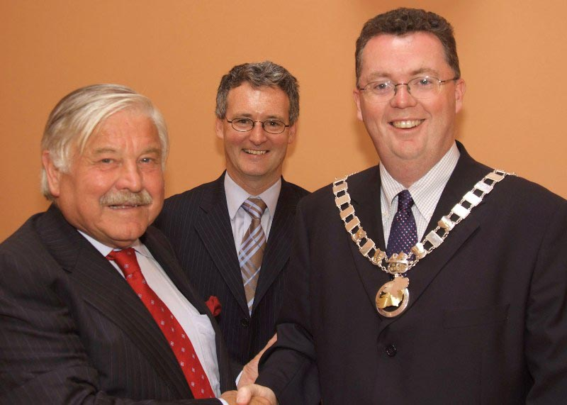 Hand over of the chain of office from Cllr. Rainsford Hendy, Cathaoirleach 2006-2007 to Cllr. Conal Kavanagh, Cathaoirleach 2007-2008 with Mr. Stephen Blair, Director, S&E Regional Assembly