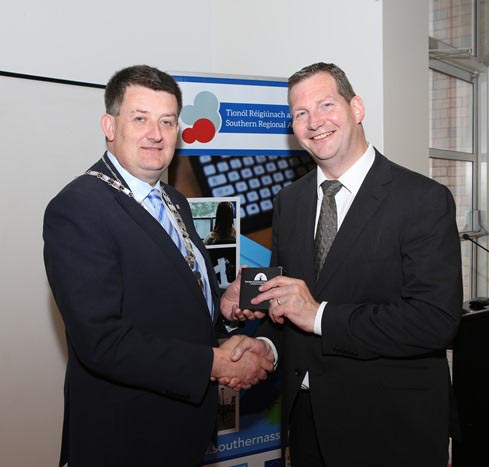 #EU in my Region Open Days Project visit to the ERDF co-funded Shannon ABC centre, Limerick Institute of Technology Limerick. Cllr Damien Geoghegan, Cathaoirleach presenting a thank you gift to Dr Li