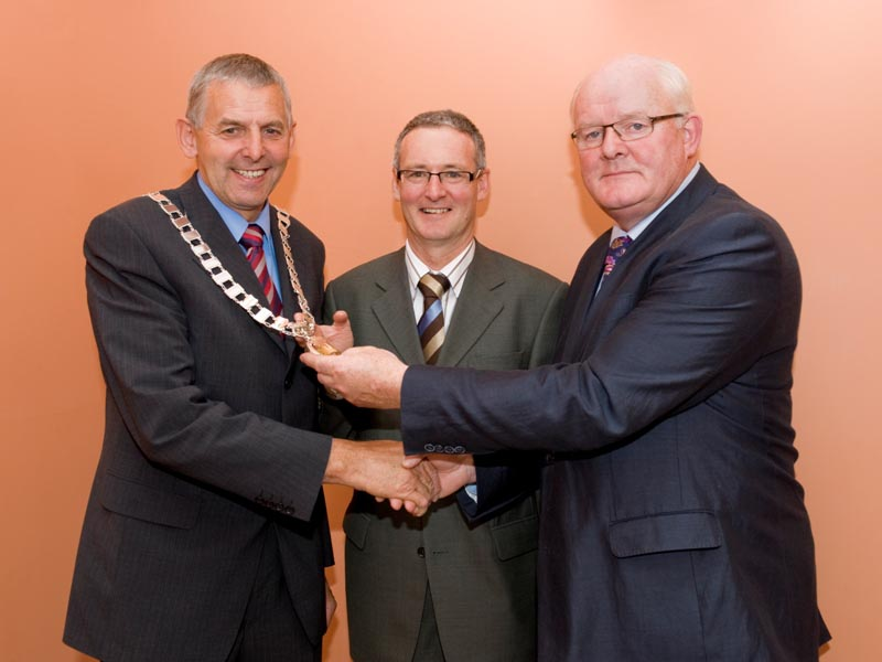 Hand over of the chain of office from Cllr. James Holloway, Cathaoirleach 2008-2009 to Cllr. Kevin Murphy, Cathaoirleach 2008-2009 with Mr. Stephen Blair, Director, S&E Regional Assembly