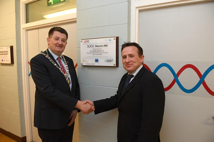 #EU in my Region Open Days Project visit to the ERDF co-funded Shannon ABC centre, Institute of Technology Tralee. Cllr Damien Geoghegan, Cathaoirleach of the Southern Regional Assembly with Tim Yeom