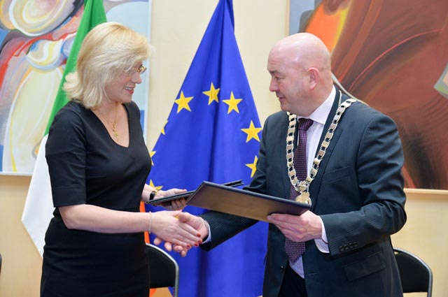 European Commissioner for Regional Policy, Corina Crețu; Cllr. Kevin O'Keeffe, Cathaoirleach, Southern Regional Assembly at the signing of the Southern and Eastern Regional Operational Programme 2014